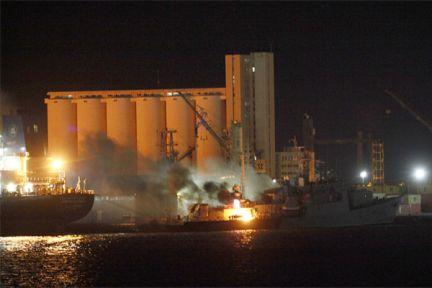 La OTAN bombardea puerto de Trípoli